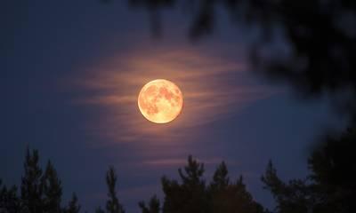 Αυγουστιάτικη πανσέληνος: Οι οπτικές απάτες και οι μύθοι της Σελήνης