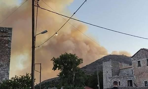 Σε εξέλιξη μεγάλη φωτιά στην Ανατολική Μάνη (photos-videos)