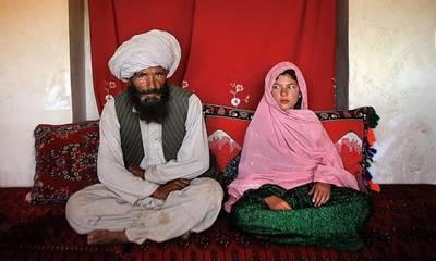 Αφγανιστάν: 11χρονο κορίτσι φωτογραφίζεται με τον 40άρη μελλοντικό σύζυγό της