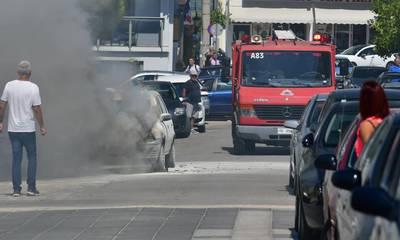 Ναύπλιο: Στις φλόγες τυλίχθηκε αυτοκίνητο έξω από δημοτικό σχολείο (photos)