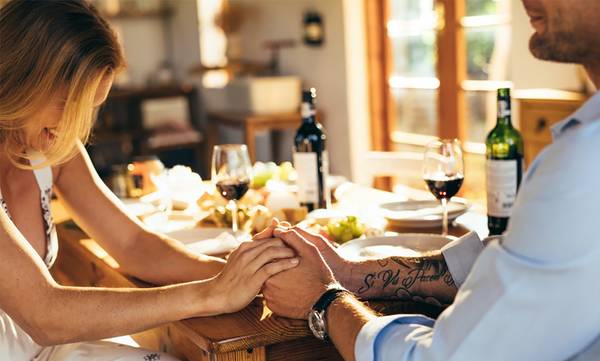 Ραντεβού για δείπνο στο σπίτι: 4 συμβουλές που θα σας βοηθήσουν
