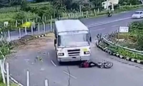 Απίστευτο βίντεο: Λεωφορείο παρέσυρε μοτοσικλετιστή - Δεν έπαθε ούτε γρατζουνιά!