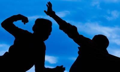 Σκληρή συμπλοκή δύο νεαρών στην πλατεία Ξηροκαμπίου Σπάρτης!