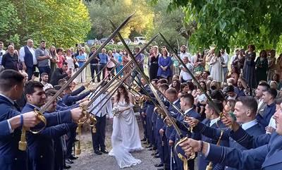 Γάμος στο Μαίναλον! Είδε το εκκλησάκι από το μαχητικό του αεροπλάνο και σε αυτό παντρεύτηκε!