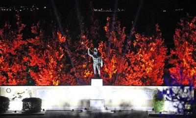 Εντυπωσιακός φωτισμός στον ανδριάντα του Λεωνίδα στις Θερμοπύλες