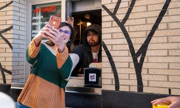 «Mom's Spaghetti»: Ουρές έξω από το εστιατόριο του Έμινεμ (video)