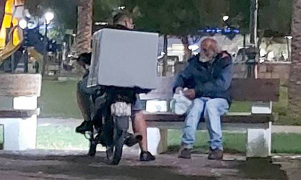 Πάτρα: Ο διανομέας που έγινε viral αφήνοντας φαγητό σε άστεγο μίλησε για την πράξη του (video)
