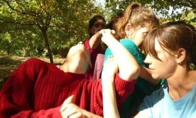 NEWS247: Σ΄ ένα μικρό γραφικό χωριό του Πάρνωνα πέντε γυναίκες «αναζητούν» τρυφερά όπλα!