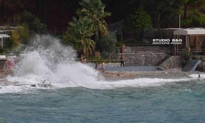 Κακοκαιρία «Μπάλλος»: Τεράστια κύματα «χτυπούν» την παραλία Αρβανιτιά στο Ναύπλιο (photos)