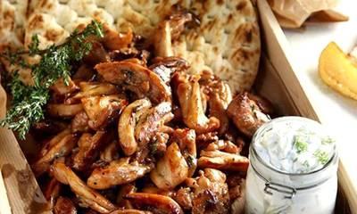 Γύρος κοτόπουλου στο τηγάνι, με τζατζίκι