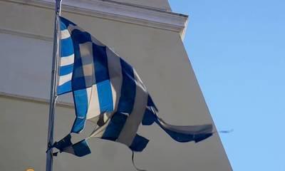 Πατριωτισμός και κουρελιασμένη σημαία δεν συμβιβάζονται