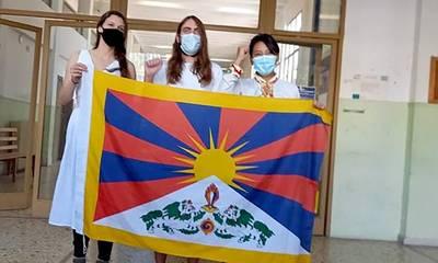 Πύργος: Ελεύθεροι οι τρεις Θιβετιανοί που σήκωσαν αυτονομιστική σημαία
